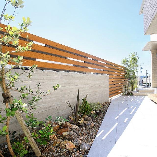 木目調フェンスとRC杉板タイルを組み合わせた創作的なフェンス