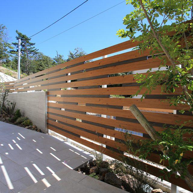 木柄2色のエバーアートウッド部材を使い、個性的な創作フェンスをデザイン
