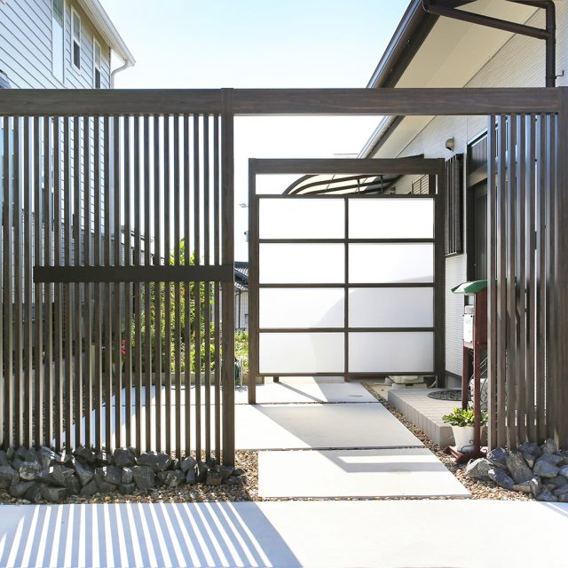 ポリカのスクリーンで玄関アプローチとリビングの庭を仕切る