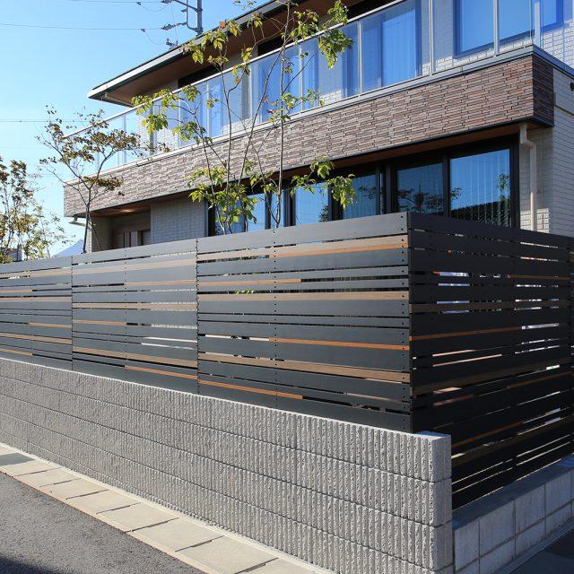 木柄3色のエバーアートウッド部材でつくる個性的な創作フェンス