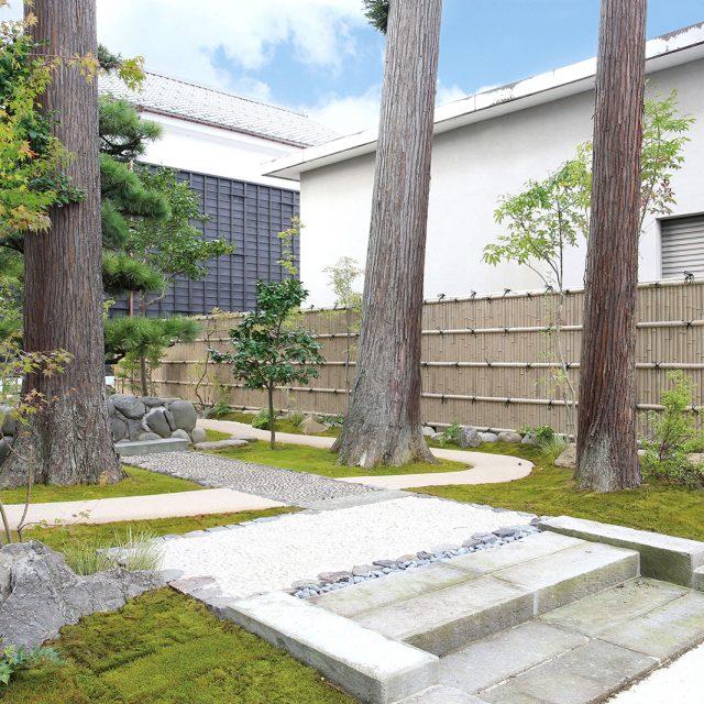 古竹のたたずまいが庭園に落ち着いた空間を醸し出します