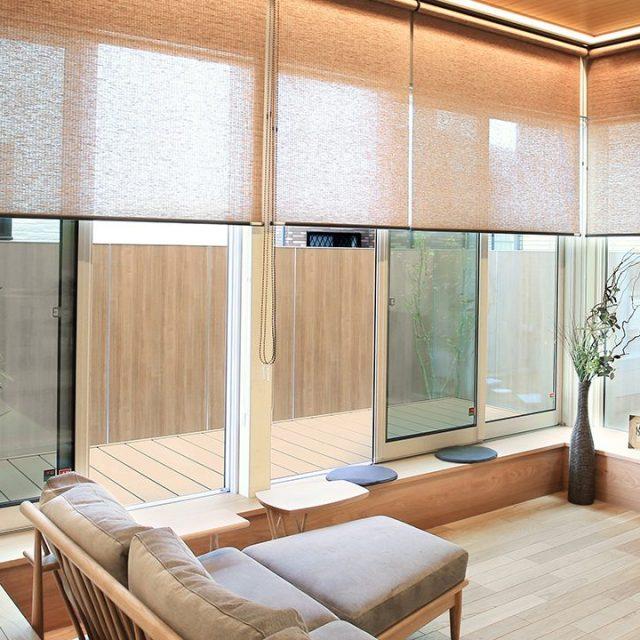 塀の内側にエバーアートボードを採用。和柄の「くり柾目」が室内の雰囲気とも調和します