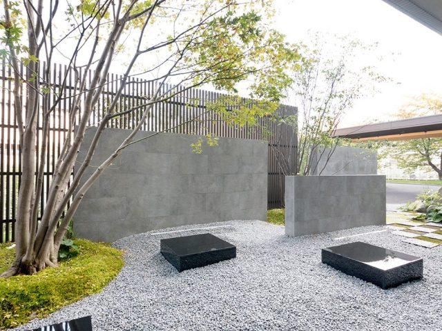 緻密にデザインされた庭の背景にセラ レバンテのグレーカラーが調和します