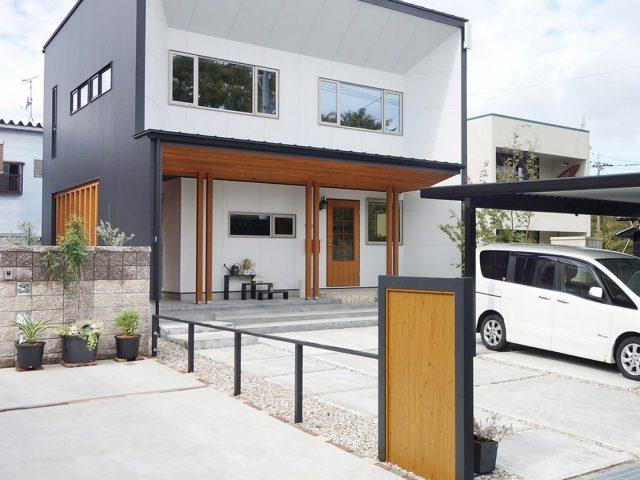 建物の木柄とも調和したエバーアートボード(ナチュラルパイン)でつくる門まわり