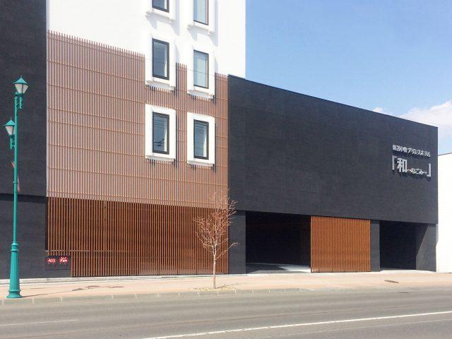 建物に格子のデザインを取り込み、建物全体の意匠性を高めています