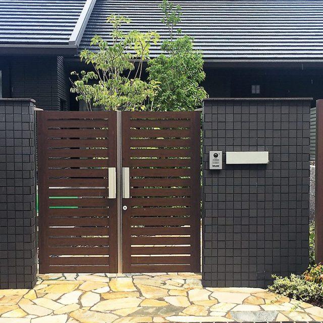 ダーク系の門まわりに、ダークパイン柄の門扉が調和します。エバーアートウッド門扉Ⅱ