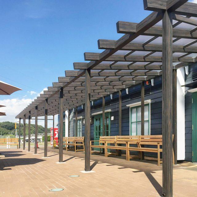 雨よけ等を目的としたパーゴラを設置。オランダ風外観の建物とも調和します