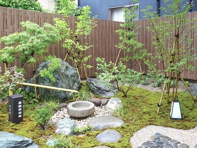 目かくしをしつつ、和の庭の眺めを楽しみます