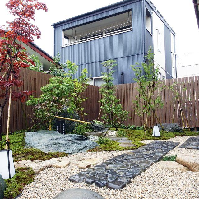 和風庭園の背景としてエバーアートウッドフェンス 縦貼ユニット