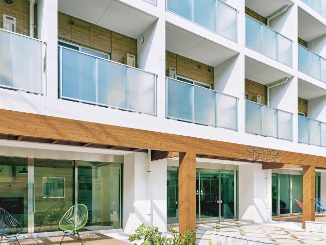 太い柱、梁材でつくる木目調が美しいエントランスゲート