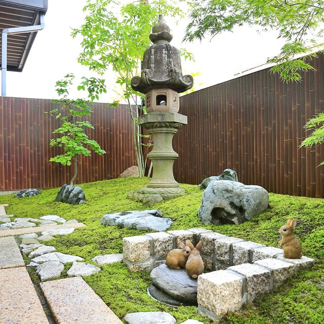 落ち着いた竹垣の柄のエバーアートボードで苔の似合う庭に