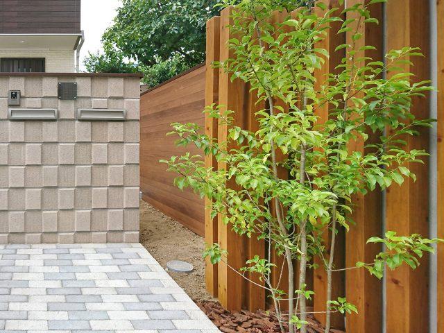 ブロック塀を木柄の塀にリフォーム。明るくやさしい印象に