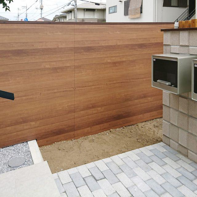 既存の塀を躯体そのままに、ブロック塀から美しい木目柄の塀にリフォーム