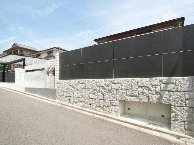 フェンスの外側と内側で別のテクスチャーデザインを楽しむ