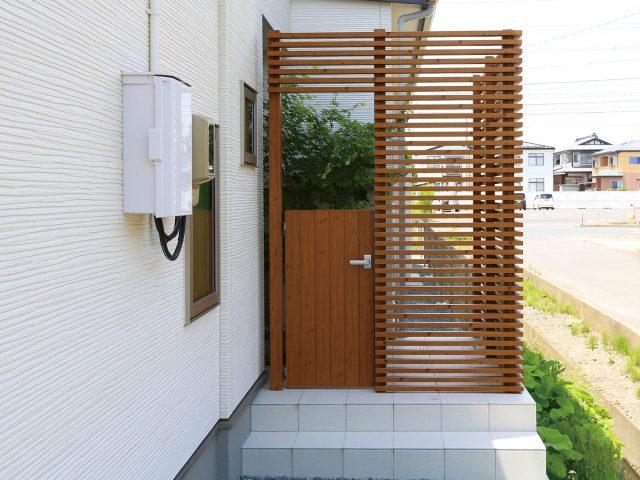 空間設計の幅を広げる自由度の高い、エバーアートウッド門扉