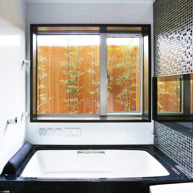 バスルームの目かくしと、眺める庭としての彩りを