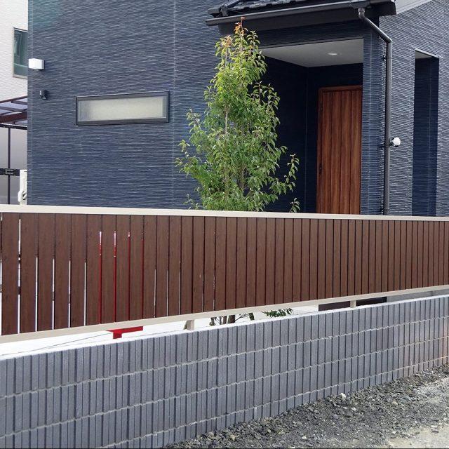 フェンス枠材のステンカラーでフェンスのデザインが引き締まります
