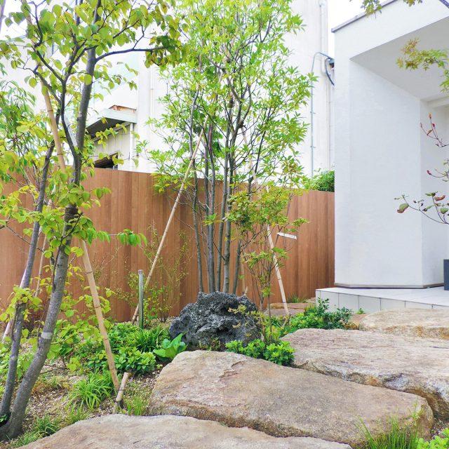 木柄のエバーアートボードが植栽を引き立てます。緑が豊富なアプローチに
