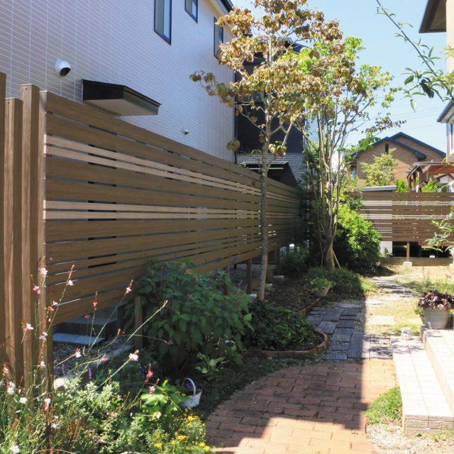 木目調のアルミ格子部材でつくる、デザイン性の高い境界フェンス