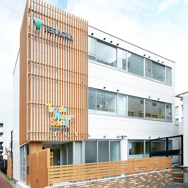 やさしい木目柄の色合いと格子デザインが建物の意匠性を高めます