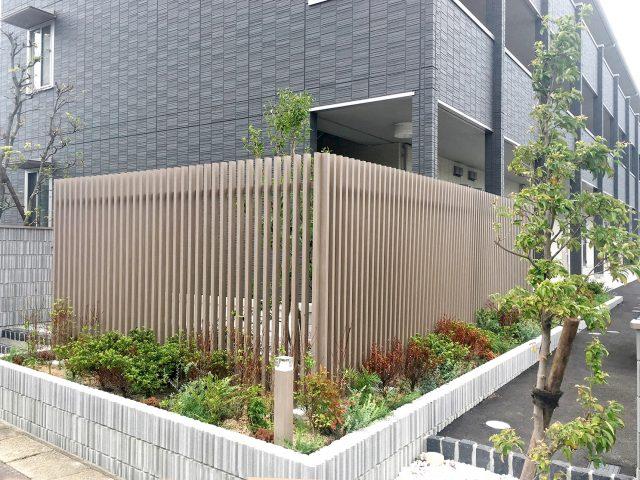 建物と調和したブラウングレーの色合い。通りからの目かくしとして