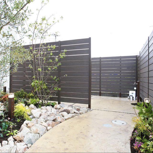 木目までリアルに再現された樹脂製ボードを使った板塀フェンス