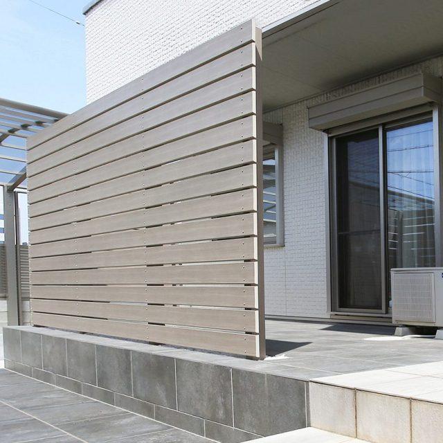 ラウンド板120を使った目かくしフェンス。木目調ながら明るいグレーが建物とも調和します