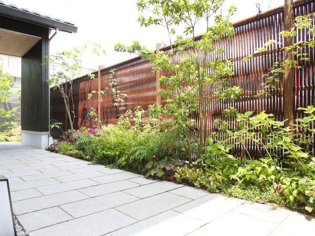 光と風がほどよく通る大津垣フェンス。大津垣を構成するエコ竹のカラーが建物の黒と調和します