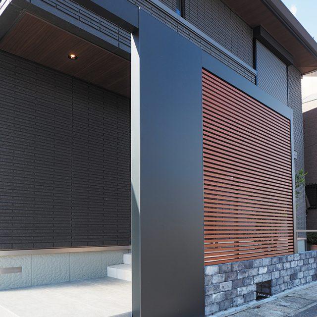 ホームヤードルーフシステムフレームと格子材を組み合わせた門まわり