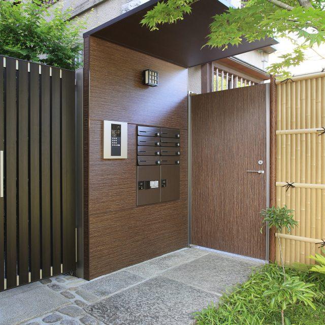 エバーアートボード 角萩を壁面と門扉に使用し、落ち着いた和のたたずまいに