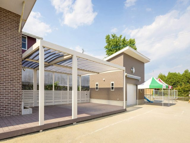 運動場横に日よけや雨よけとして白いホームヤードルーフを設置