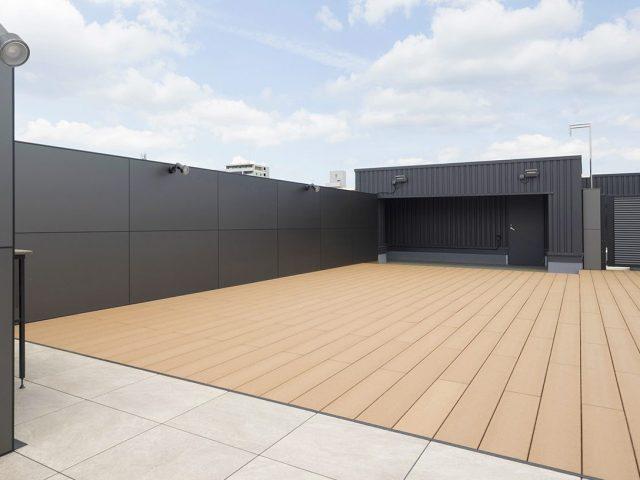 屋上にデッキスペースを。エバーエコウッドⅡデッキなら耐候性に強く長く使えるので安心です