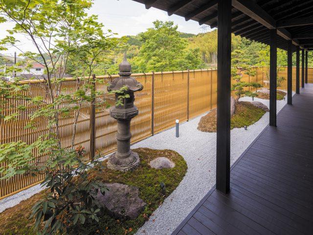 美しい和の庭園に調和した大津垣フェンス。光と風を通す和の目かくし