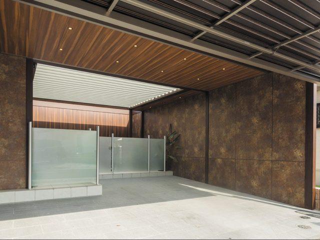 内天井、内壁にアートボードを使って落ち着いた雰囲気の駐車スペースに