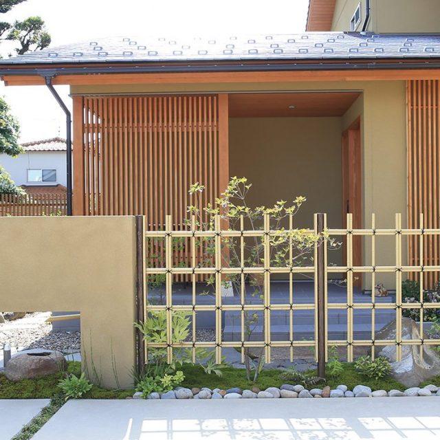 玄関まわりのスペースを四ツ目垣で仕切ります。和の風情で落ち着いた空間に