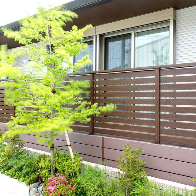 エバーアートウッドでつくるデッキ専用フェンス。デッキ材の色と調和します