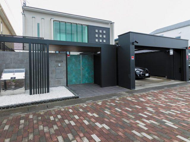 上品な黒で統一された門まわり。グリーンの門扉とも調和します