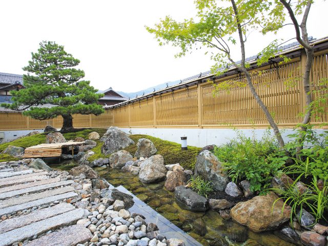 情緒ある和風庭園の背景に、風も通す大津垣フェンスが調和します