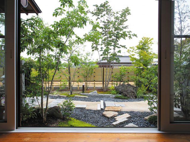 隣地との境界にみす垣フェンスを設置。植栽の緑とも美しく調和します