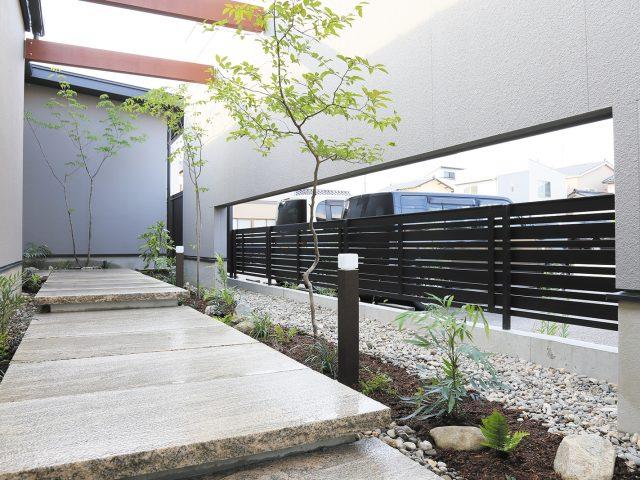 モダン和風の庭園にシックなデザイナーズスタイルフェンス、千本密格子が調和します