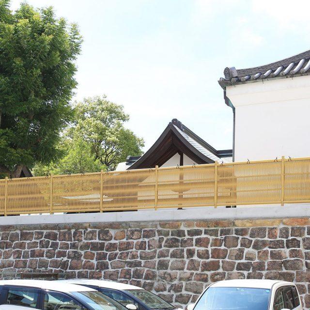 丸竹を1本ずつ編みこみ作られたエコ竹大津垣。歴史的な建物と調和します