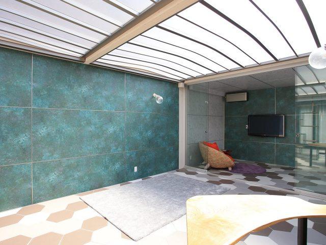 ホームヤードルーフとオールグラスポーチを組み合わせて屋外でも広く楽しめるくつろぎの空間に