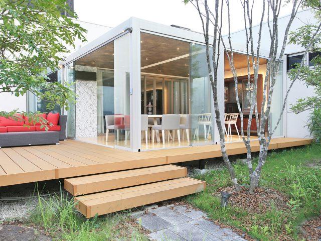 オールグラスポーチで、庭に近く開放的な空間が楽しいもう一つのリビングをつくる