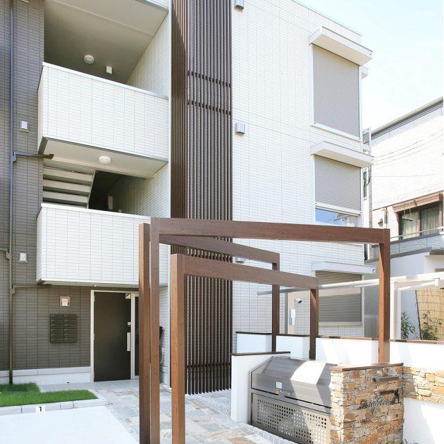 ストリンガーシリーズの格子材と、アプローチの立体的なフレームが建物のデザインを引き立てます