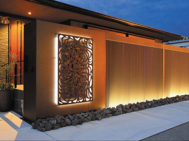 デザインパネルⅡが照明と合わさり、門まわりを美しくかざります