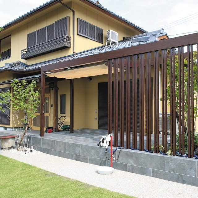 お庭にもう一つの心地よい空間を。格子材を使って和風の建物とも調和します