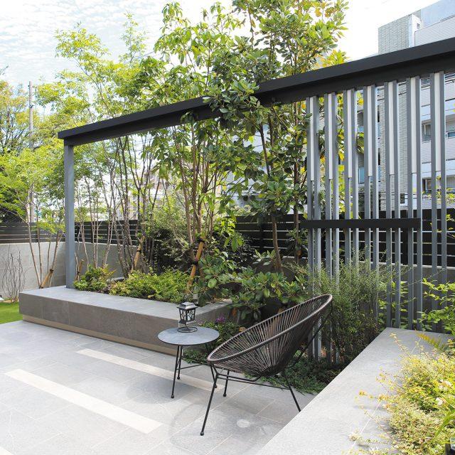 マットブラックのフレームを、お庭の背景に取り入れスタイリッシュに