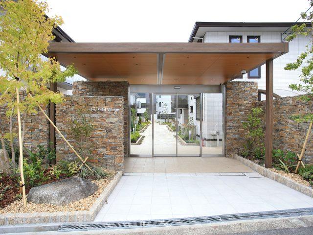 ホームヤードルーフⅡでつくる木目調のエントランスゲート。石壁とも調和します
