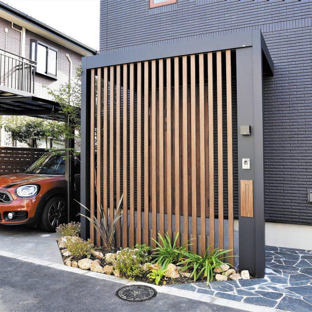 黒で統一されたモダンな住まいと見事に調和した外構デザイン