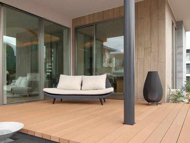 屋外でくつろげる空間(5thROOM)の床材に人工木材エコウッドⅡグランデ